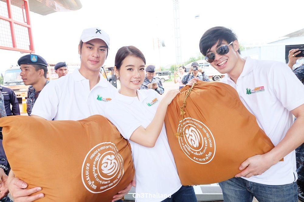 มูลนิธิครอบครัวข่าว ร่วมกับกองทัพอากาศ นำไก่สดไปมอบให้โรงครัวประทาน มูลนิธิอาสาเพื่อนพึ่ง(ภาฯ)ยามยาก สภากาชาดไทย เพื่อนำไปประกอบอาหารช่วยเหลือผู้ประสบอุทกภัยใน จ.สกลนคร