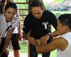 """ดูรายการย้อนหลัง เราจะพานักมวยคาดเชือกมาโชว์ภูมิปัญญาของแพทย์แผนไทยโดยการทำ""""น้ำมันมวย"""""""
