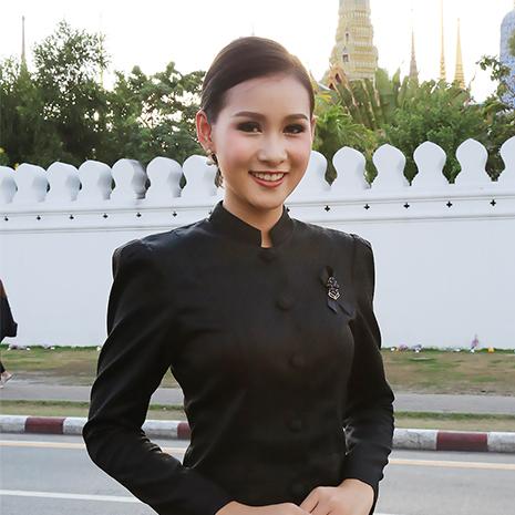 แก้ม  ชัญญา ตัวแทนสาวไทยไปประกวดมิสไชนีสฯ 2017 พร้อมด้วยคณะสาวงามจากเวทีมิสไทยแลนด์เวิลด์ 2016 ร่วมกันแจกเสื้อ ยาดม และช่วยงานจุดยืมผ้ากราบพ่อ ให้กับประชาชนที่เข้ามาสักการะพระบรมศพ ณ ท้องสนามหลวง