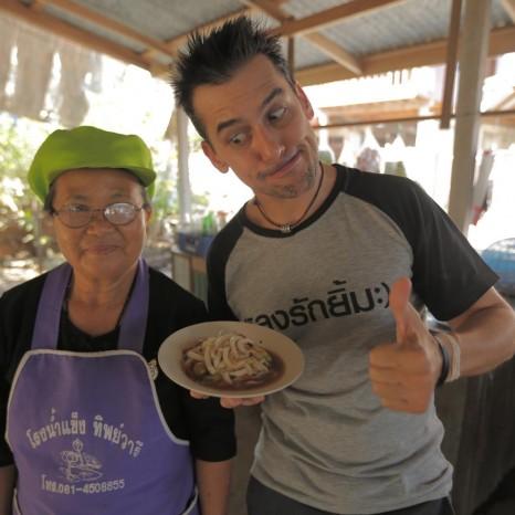 """แกลเลอรีช่อง3 """"แดเนียล"""" ชวนชิม """"ส้มตำด๊องแด๊ง""""  ที่เดียวของเมืองไทย ในรายการหลงรักยิ้ม"""