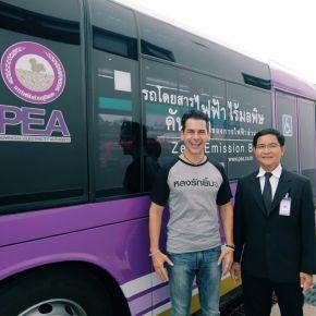 """""""แดเนียล"""" ตะลึง รถบัสไฟฟ้าคันเดียวในไทย พาชิมร้านเด็ดโคราช"""