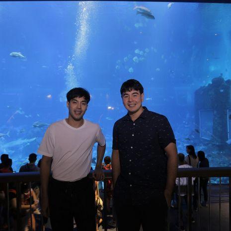 """แกลเลอรีช่อง3 """"จ๊อบ นิธิ"""" - """"ท็อป จรณ"""" พาเสียวดำน้ำกับเหล่าปลาฉลามกว่า 200 ตัว  ประเดิมการมา """"Resorts World Sentosa Singapore"""" ครั้งแรก!"""