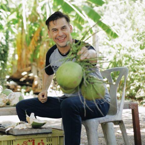 """แกลเลอรีช่อง3 เคยได้ยินไหม มะพร้าวบางมด ฝรั่งสุดป่วน """"แดเนียล เฟรเซอร์"""" สวมมาดเกษตรกร บุกสวนมะพร้าว"""