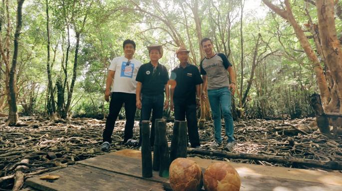 ข่าวรายการ หลงรักยิ้ม แดเนียล พา ผู้บริหารหนองโพ โยนโบลิ่งกลางป่าชายเลน ในหลงรักยิ้ม
