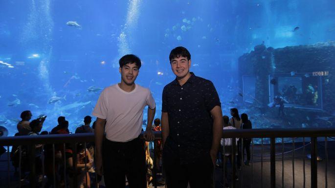 """ข่าวรายการ สมุดโคจร On the way """"จ๊อบ นิธิ"""" - """"ท็อป จรณ"""" พาเสียวดำน้ำกับเหล่าปลาฉลามกว่า 200 ตัว  ประเดิมการมา """"Resorts World Sentosa Singapore"""" ครั้งแรก!"""