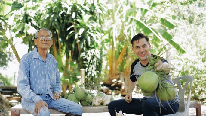 """ข่าวรายการ หลงรักยิ้ม เคยได้ยินไหม มะพร้าวบางมด ฝรั่งสุดป่วน """"แดเนียล เฟรเซอร์"""" สวมมาดเกษตรกร บุกสวนมะพร้าว"""